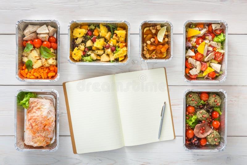 La comida sana se lleva en las cajas, visión superior en la madera foto de archivo libre de regalías