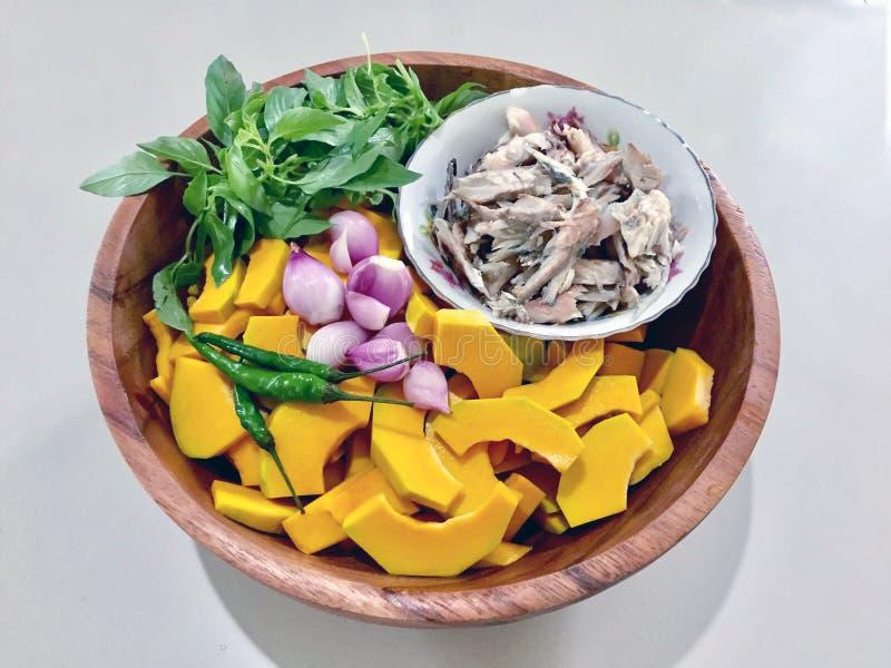 La comida sana, se prepara para la sopa picante de la calabaza con la caballa corta fotos de archivo libres de regalías