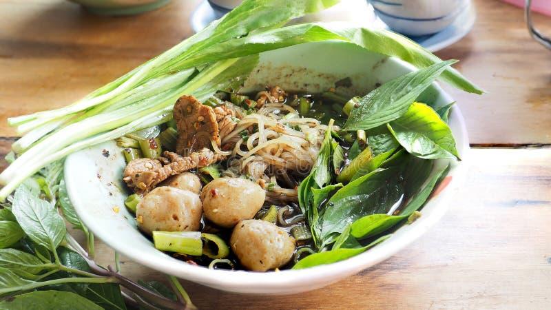 La comida tailandesa es tallarines del barco de la carne de vaca con ascendente cercano del tomillo y del perejil fotografía de archivo libre de regalías