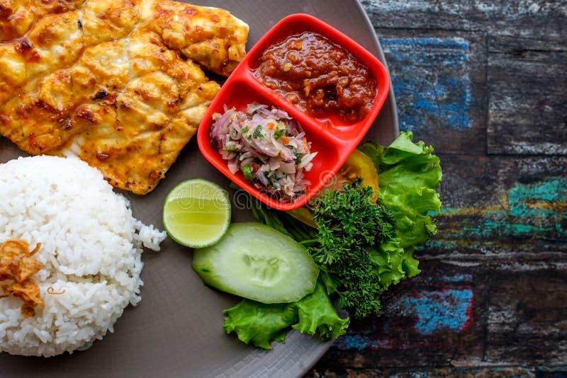 La comida tailandesa frió el polvo de curry de los pescados con arroz imagen de archivo