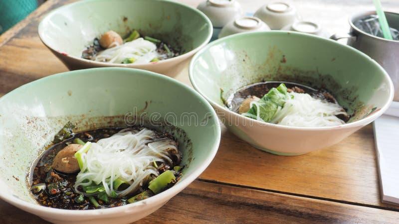 La comida tailandesa picante estupenda de la carne de vaca de los tallarines del barco tiene albóndigas 3 cuencos fotografía de archivo libre de regalías