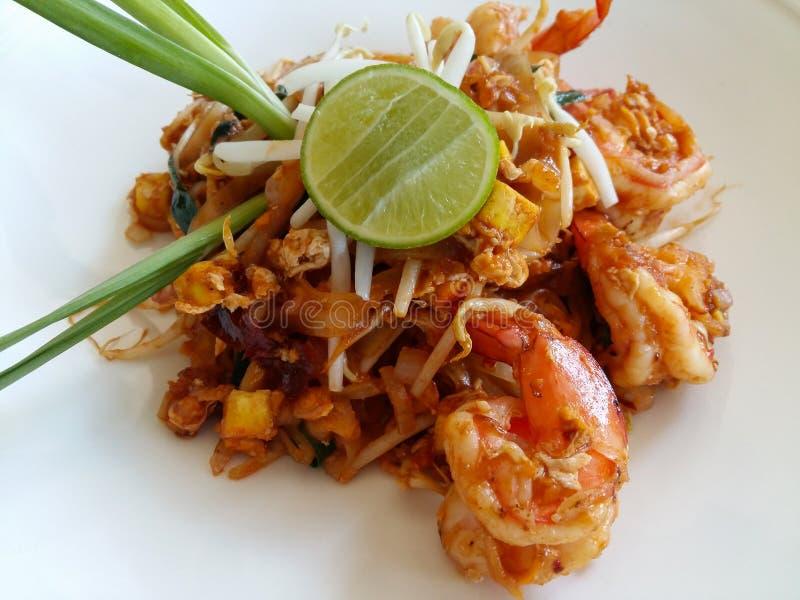 La comida tailandesa, rellena los tallarines tailandeses con el camarón foto de archivo