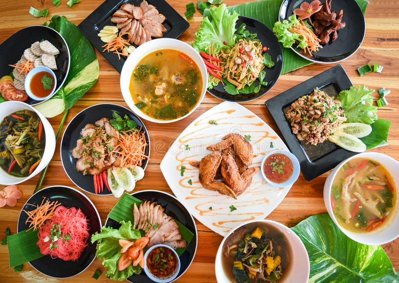 La comida tailandesa sirvió en la mesa de comedor/la comida de nordeste Isaan de la tradición delicioso en la placa con las verdu fotos de archivo libres de regalías