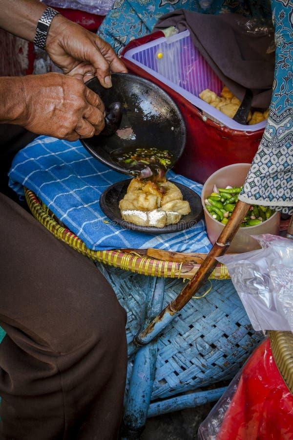 La comida tradicional de la calle frió los chiles, el ajo, el chalote y la salsa machacados mezclados del queso de soja fotos de archivo libres de regalías