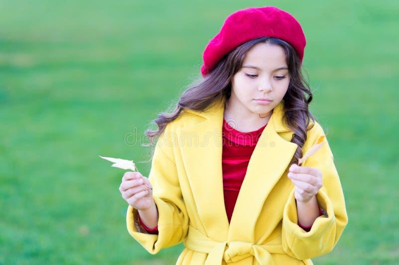 La comodità di autunno è appena intorno Venuta triste della bambina circa la stagione di autunno Punte per l'autunno di giro nell immagini stock libere da diritti