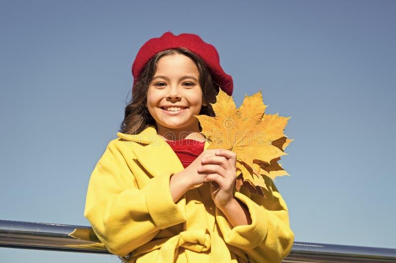 La comodit? di autunno ? appena intorno Bambina eccitata circa la stagione di autunno Momenti piacevoli di stagione calda di autu fotografia stock