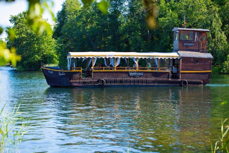 La compañía de la cerveza de Svyturis patrocinó viajes en un lago imagenes de archivo