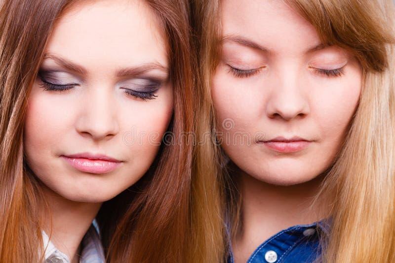 La comparación de muchachas con y sin compone foto de archivo