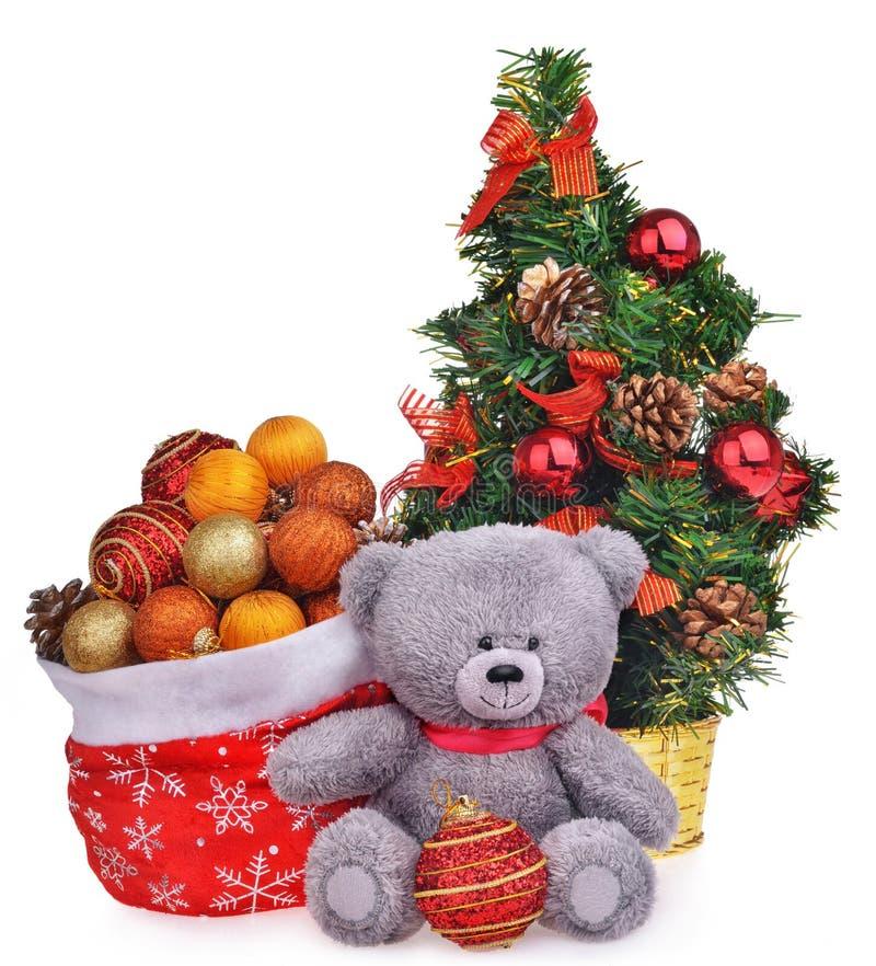 La composición de la Navidad con el árbol del oso de peluche y santa empaquetan foto de archivo