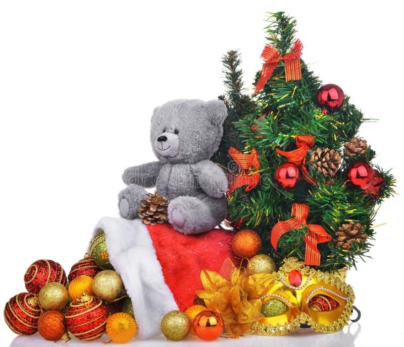 La composición de la Navidad con el árbol del oso de peluche y santa empaquetan fotos de archivo
