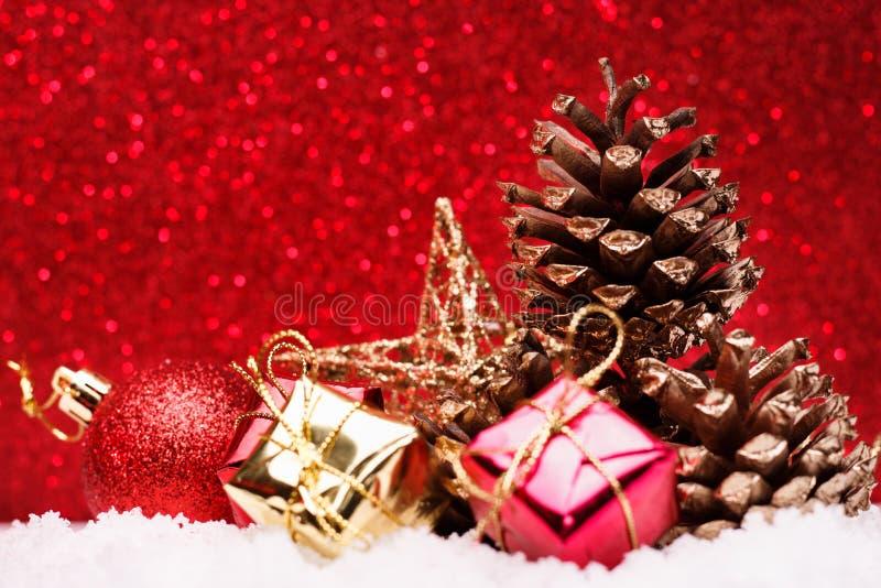 La composición de la Navidad del árbol de navidad juega en un fondo rojo foto de archivo