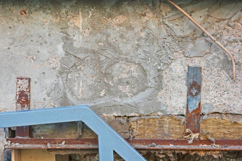 La composición de la pared vieja en tableros concretos, de madera y metal oxidado fotografía de archivo