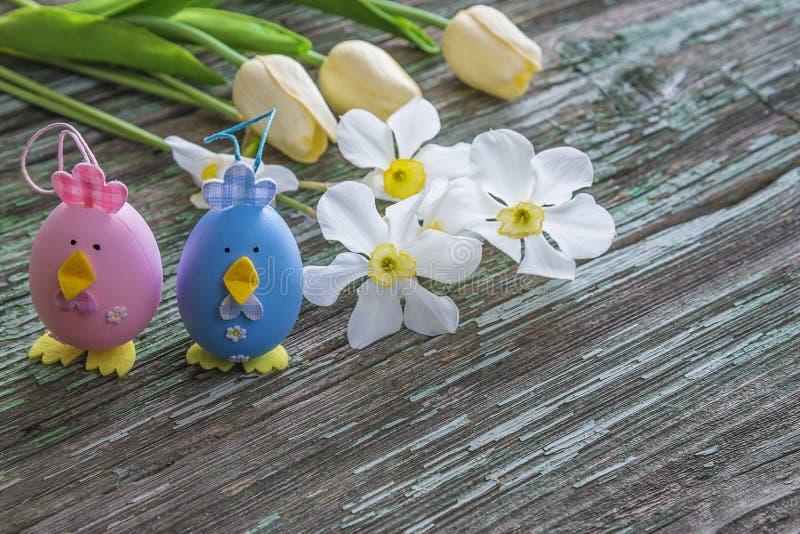 La composición de Pascua con los huevos y la primavera adornados florece encendido corteja imagen de archivo