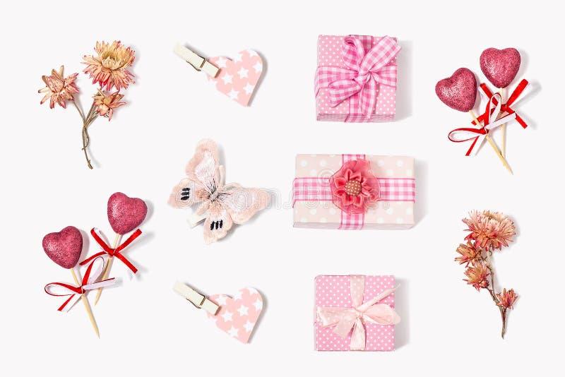 La composición de regalos al día de tarjetas del día de San Valentín imagenes de archivo
