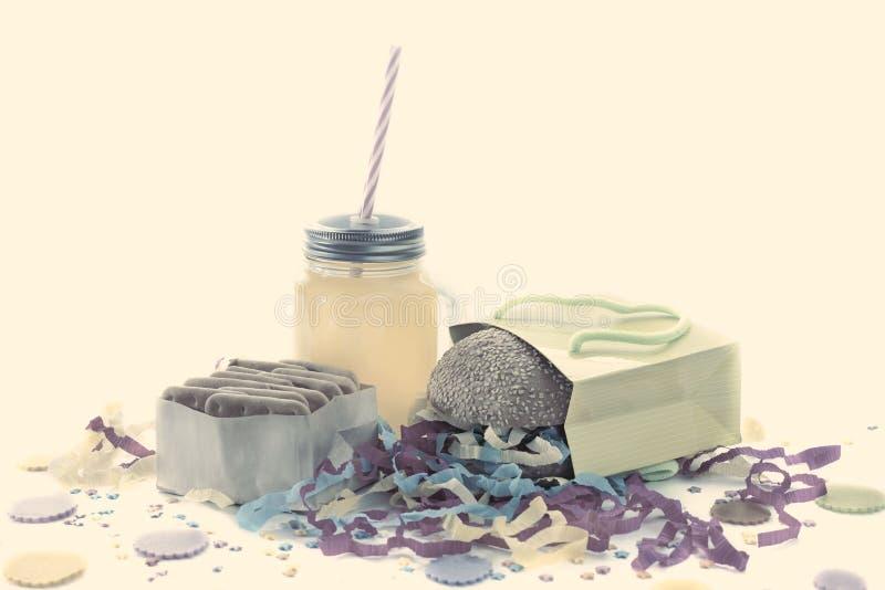 La composición festiva bebe colores en colores pastel del cóctel de la caja de regalo del confeti de la malla de la galleta de la imagenes de archivo