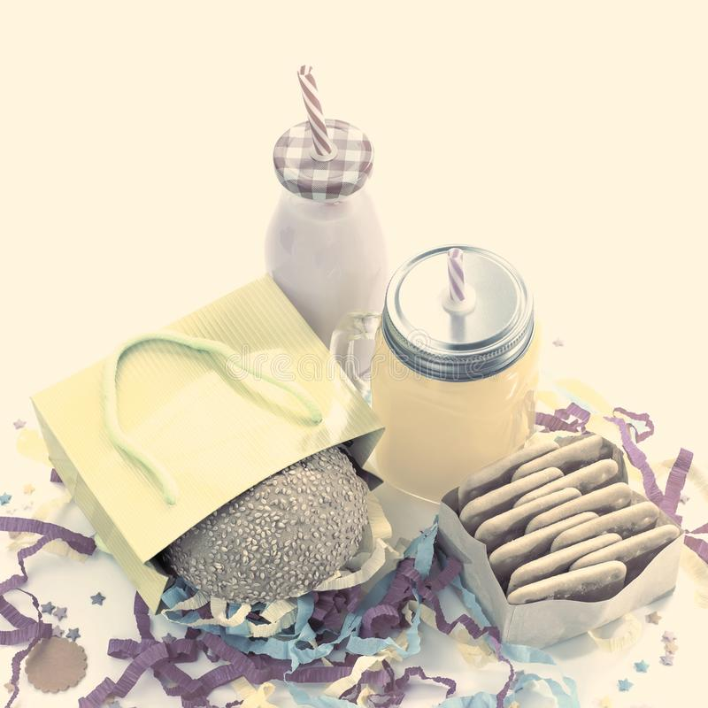 La composición festiva bebe colores en colores pastel del cóctel de la caja de regalo del confeti de la malla de la galleta de la fotos de archivo libres de regalías