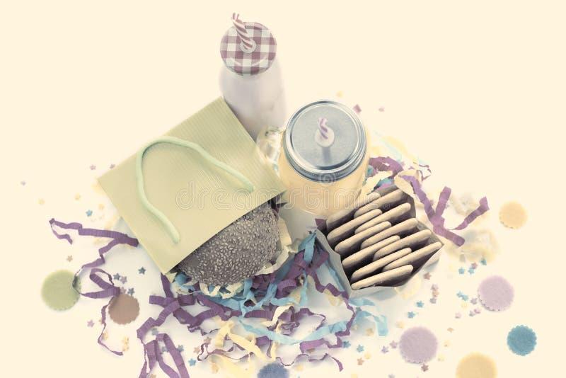 La composición festiva bebe colores en colores pastel del cóctel de la caja de regalo del confeti de la malla de la galleta de la fotografía de archivo libre de regalías