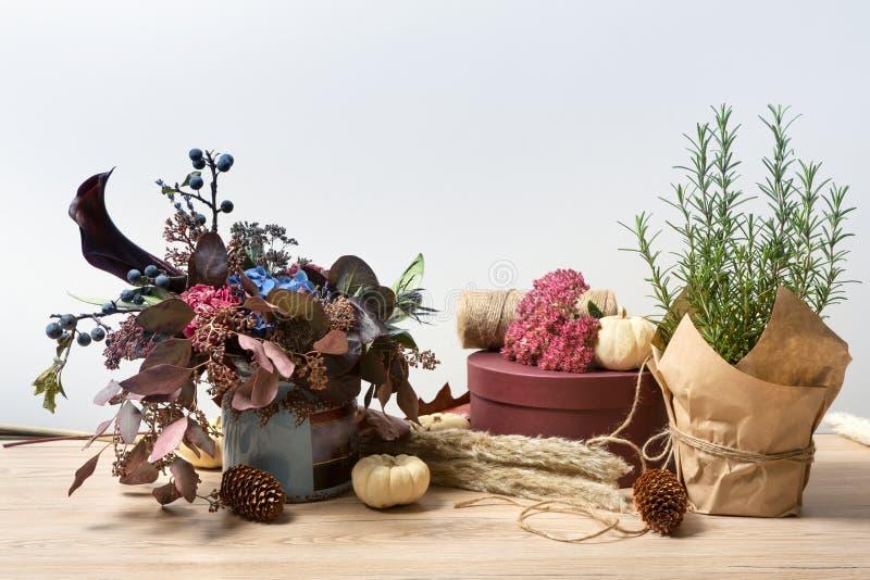La composición hermosa del otoño del prado secado florece, romero y las hojas fotos de archivo