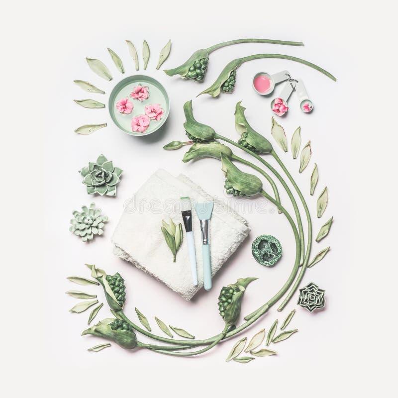 La composición natural del cuidado del balneario y de piel con agua rueda, las flores, las hojas del verde, toalla y los accesori fotos de archivo libres de regalías
