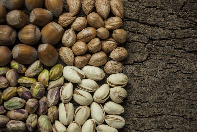 La composition avec des écrous, les noisettes et les pistaches se ferment  images libres de droits