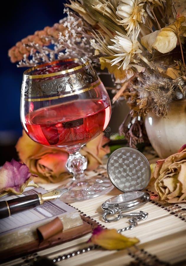 La composition avec des glaces de vin et l'ikebana photos libres de droits