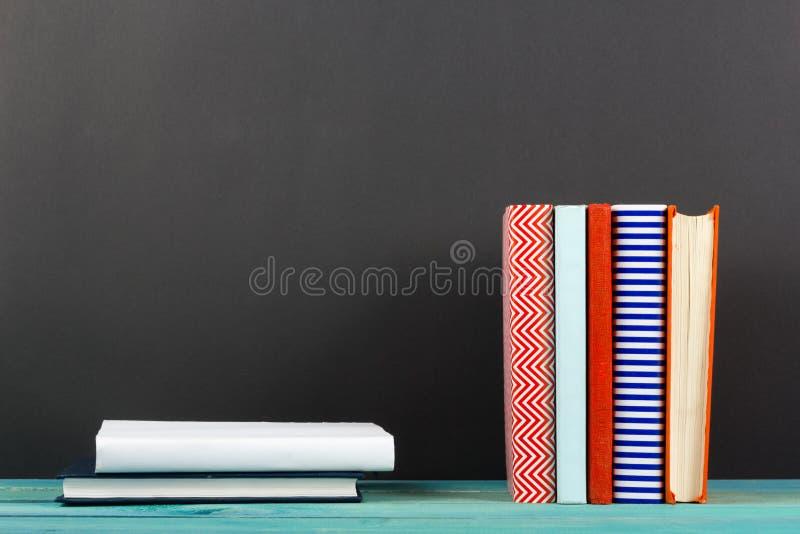 La composition avec livre cartonné coloré de vieux vintage réserve, journal intime sur W image libre de droits