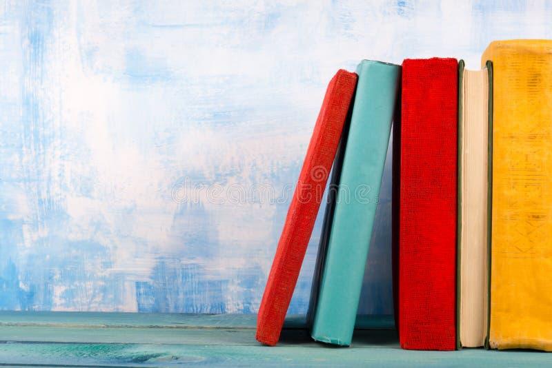 La composition avec livre cartonné coloré de vieux vintage réserve, journal intime sur W image stock