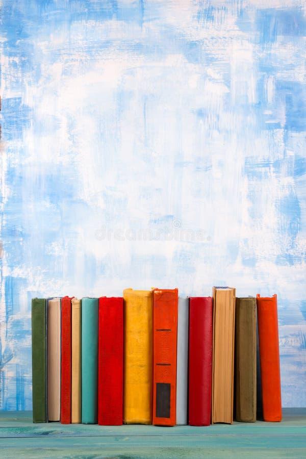La composition avec livre cartonné coloré de vieux vintage réserve, journal intime sur W photographie stock libre de droits