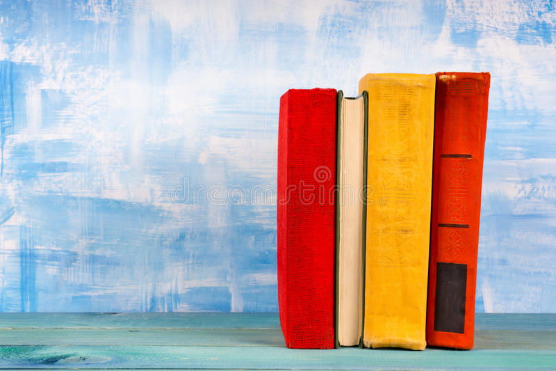 La composition avec livre cartonné coloré de vieux vintage réserve l'empilement, le journal intime sur la table en bois de plate- photo stock