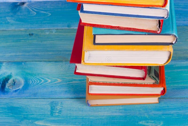 La composition avec livre cartonné coloré de vieux vintage réserve l'empilement, le journal intime sur la table en bois de plate- image libre de droits