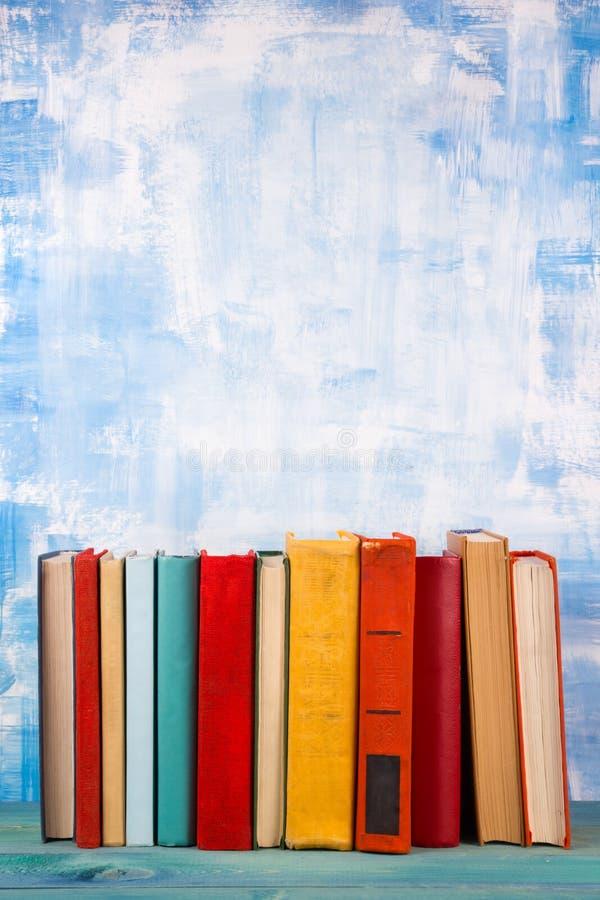 La composition avec livre cartonné coloré de vieux vintage réserve l'empilement, le journal intime sur la table en bois de plate- image stock