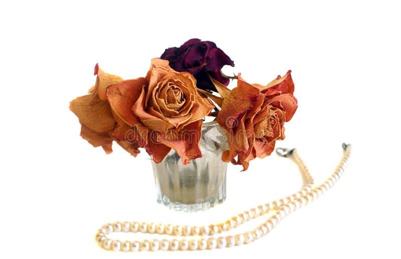 La composition de trois a séché les roses et la ficelle des perles photo libre de droits
