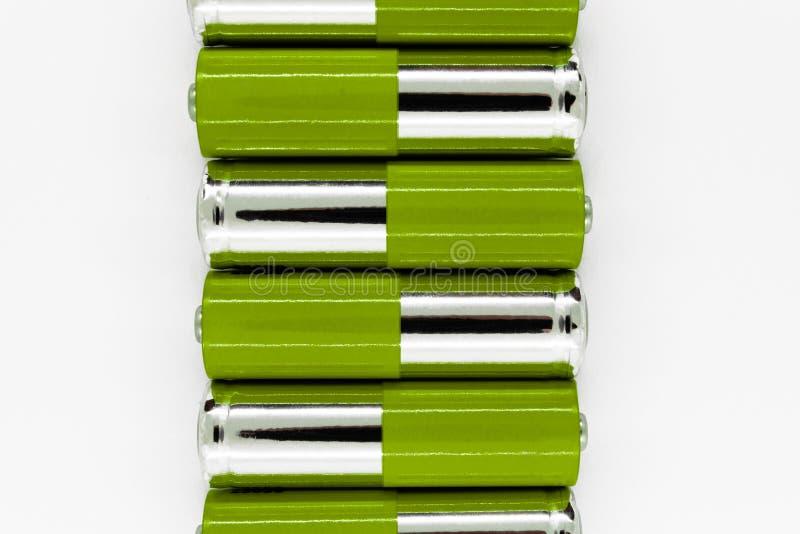 La composition du vert et les batteries d'argent placées dans la ligne et symbolisent l'énergie verte, protection de l'environnem photos stock