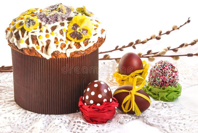 La composition en Pâques avec le gâteau, les oeufs et le saule de vacances s'embranche images libres de droits