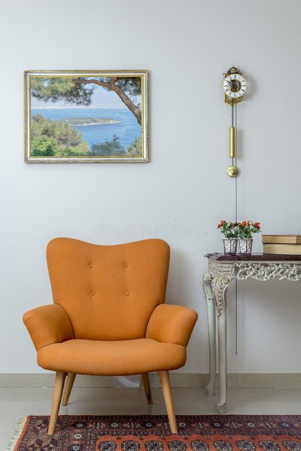 La composition intérieure du rétro fauteuil orange, vintage en bois soit photo libre de droits