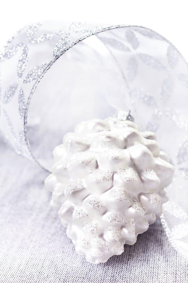 La composition lumineuse en Noël avec Noël argenté ornemente des clo photos stock