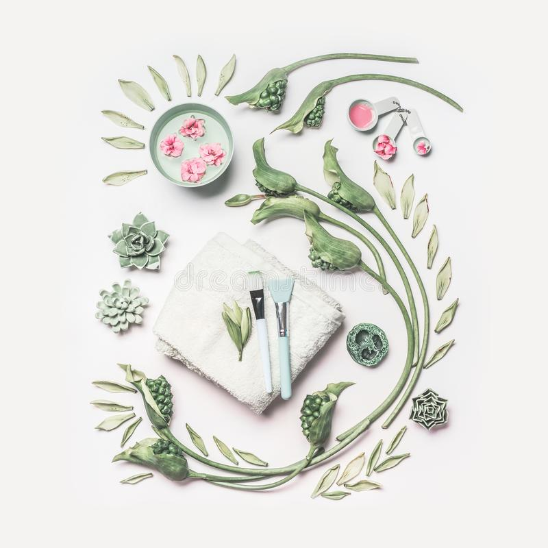 La composition naturelle en station thermale et en soins de la peau avec de l'eau roulent, des fleurs, des feuilles de vert, serv photos libres de droits