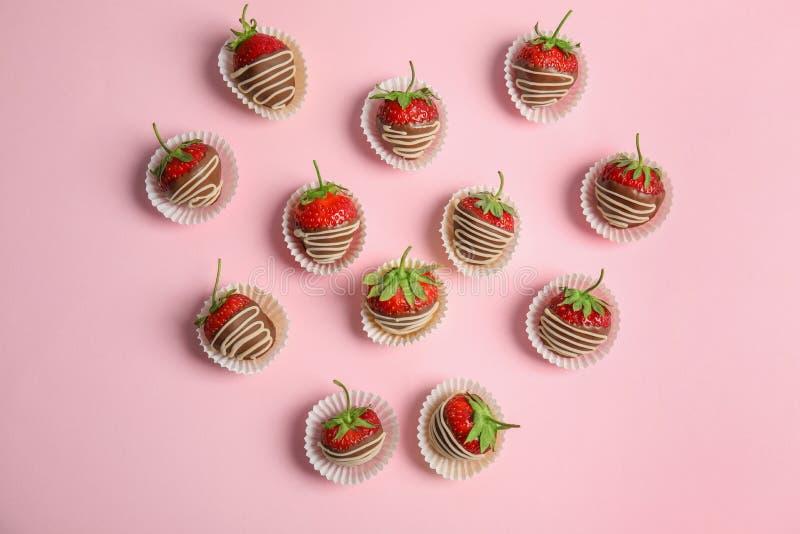 La composition plate en configuration avec du chocolat a couvert des fraises photo stock
