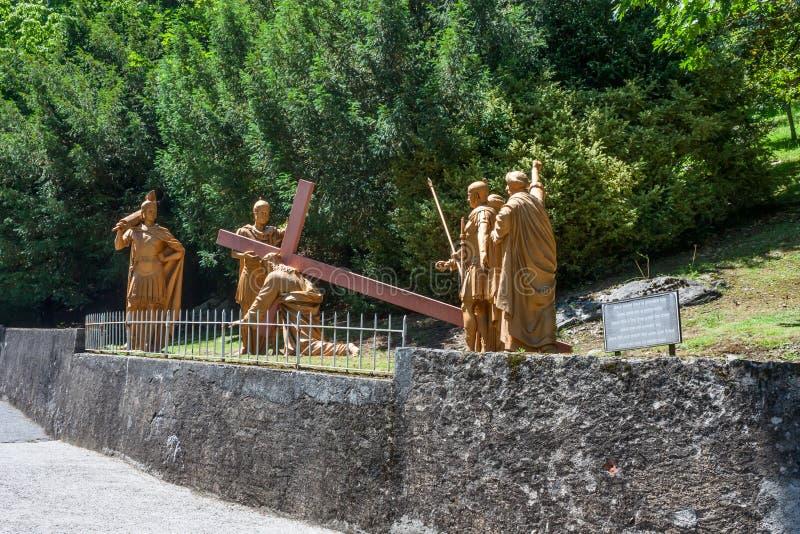 La composition sculpturale de l'épisode de la montée de Jesus Christ vers le calvaire, le sanctuaire de notre Madame de Lourdes image stock