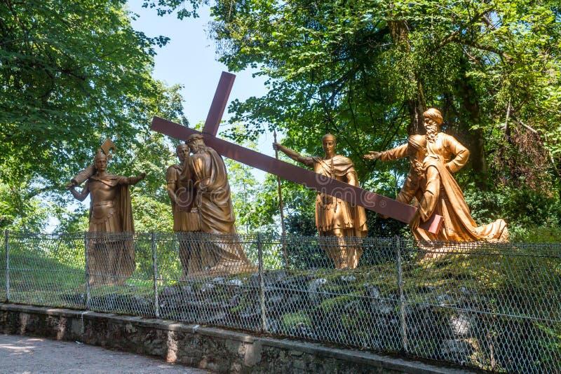 La composition sculpturale de l'épisode de la montée de Jesus Christ vers le calvaire, le sanctuaire de notre Madame de Lourdes photographie stock