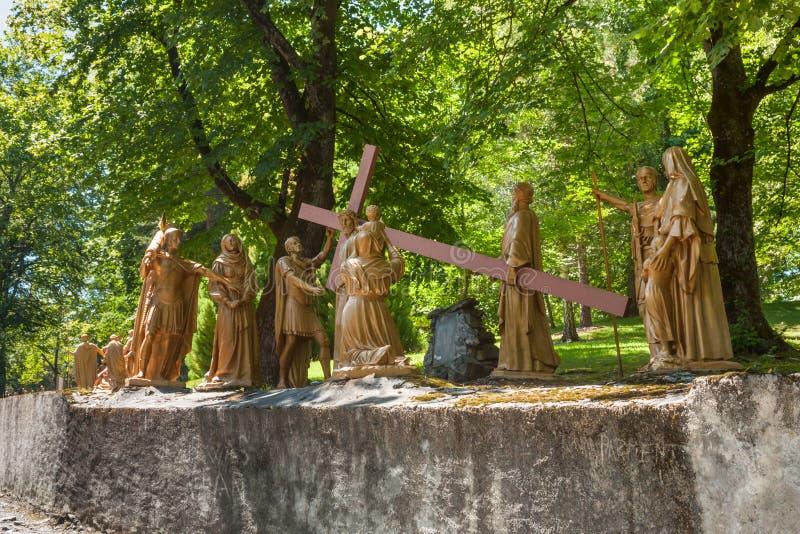 La composition sculpturale de l'épisode de la montée de Jesus Christ vers le calvaire, le sanctuaire de notre Madame de Lourdes photographie stock libre de droits