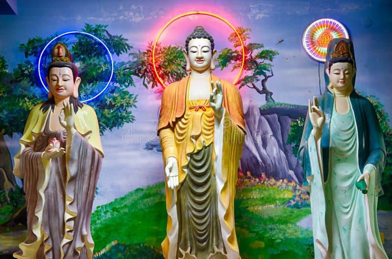 La composition sculpturale du Bouddha et du bodhisattva dans l'éclairage égalisant de fête vietnam photographie stock