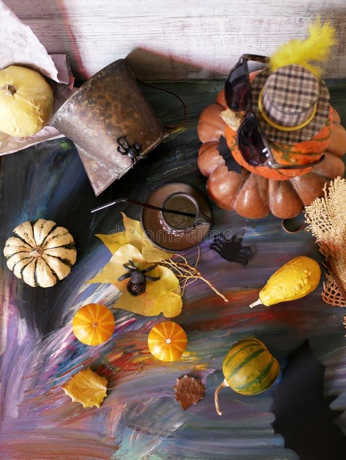 La composizione decorativa in festa per Halloween si è illuminata con luce rossa, le zucche, i pipistrelli, ragni neri su un fond fotografia stock