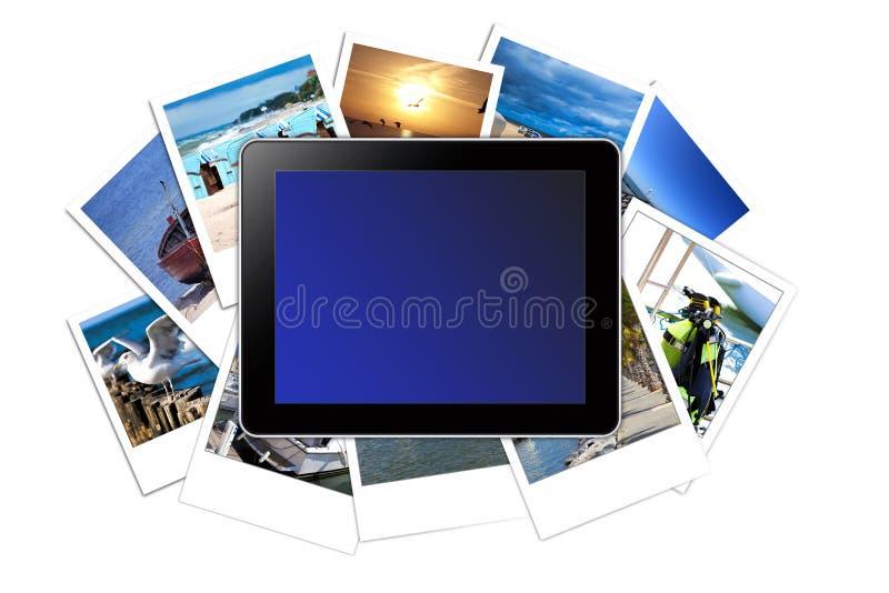 La compressa di Digital si trova su una pila di immagini istantanee fotografia stock