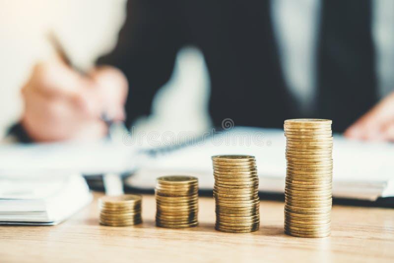 La comptabilité d'homme d'affaires calculant le budget économique coûté mettant la rangée et la pièce de monnaie écrivent le conc photographie stock