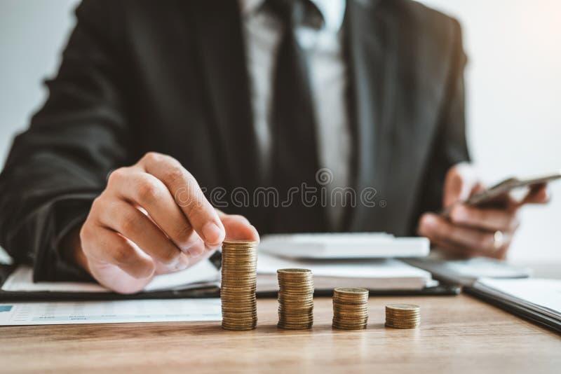 La comptabilité d'homme d'affaires calculant le budget économique coûté mettant la rangée et la pièce de monnaie écrivent le conc photos stock