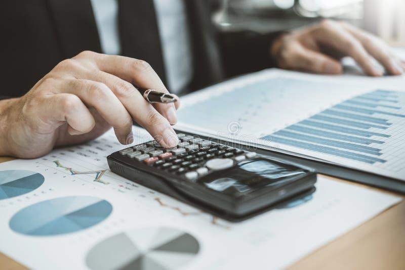 La comptabilité d'homme d'affaires calculant le budget économique coûté mettant la rangée et la pièce de monnaie écrivent le conc image libre de droits