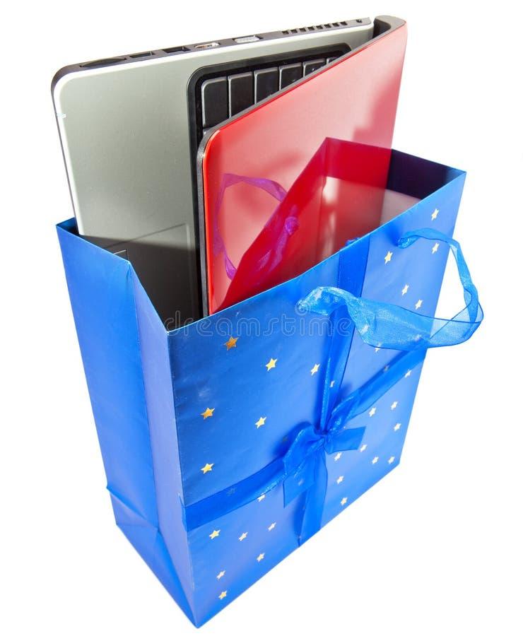 La computadora port?til en un conjunto del regalo imagen de archivo