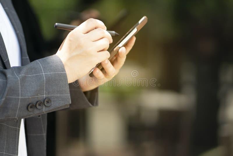 La comunicazione avanzata rende le transazioni facili con i sistemi della rete sociale immagine stock