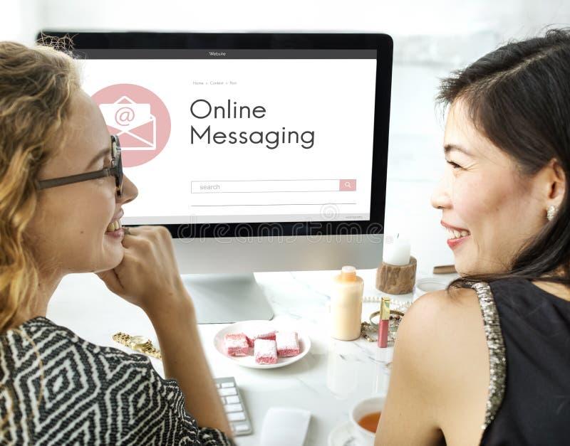 La comunicazione online di chiacchierata del blog del messaggio avvolge l'icona grafica concentrata immagini stock